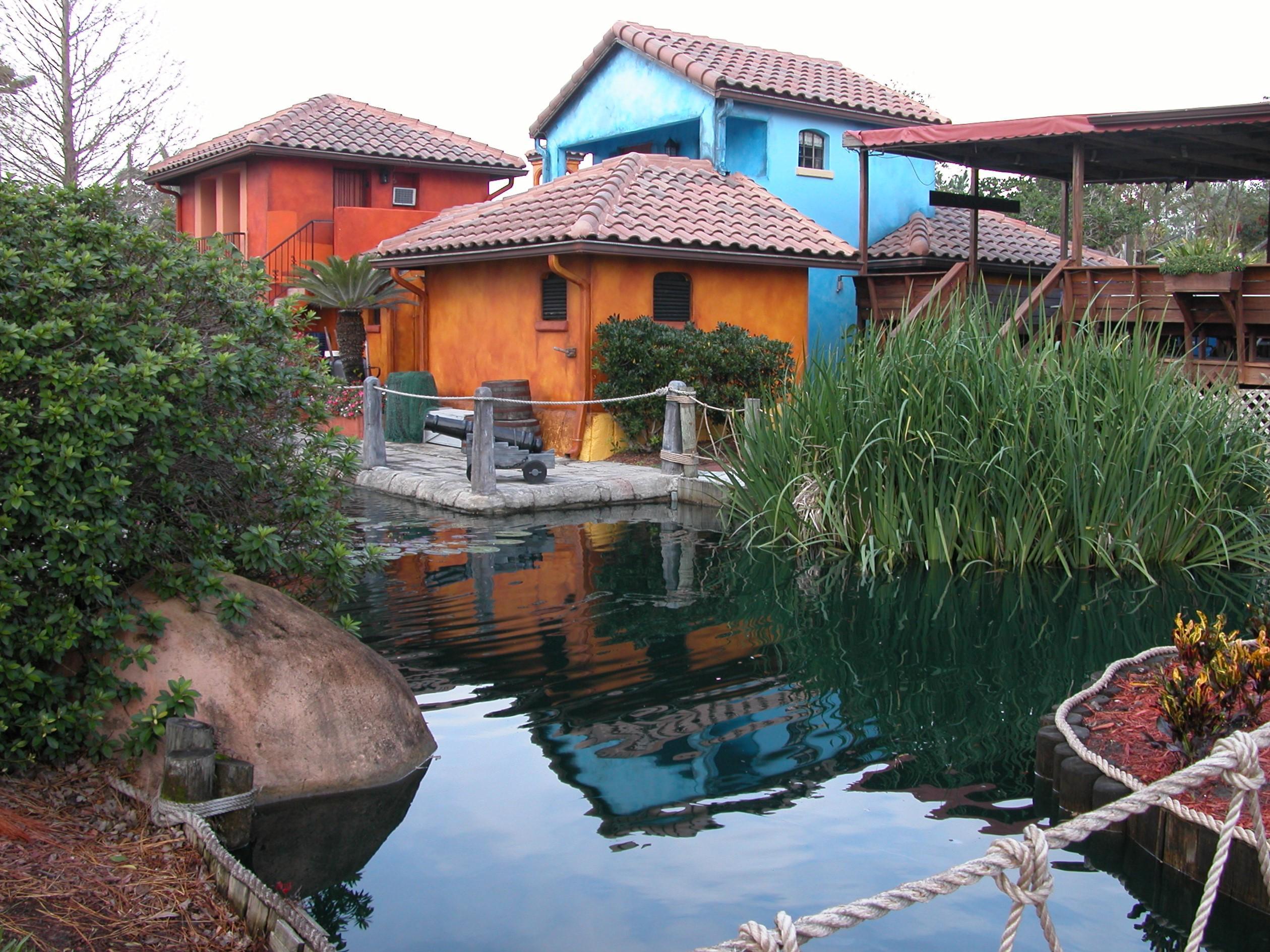 kleurrijke huizen aan waterkant
