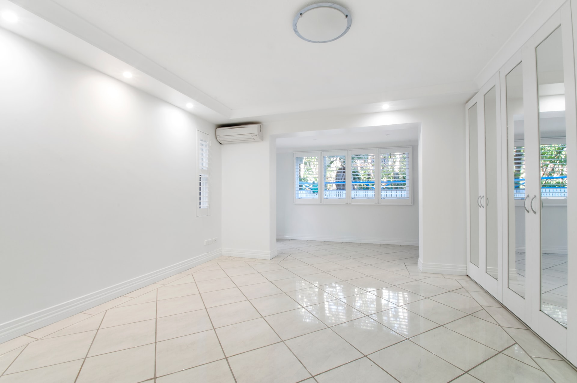 leegstaande kamer met tegels