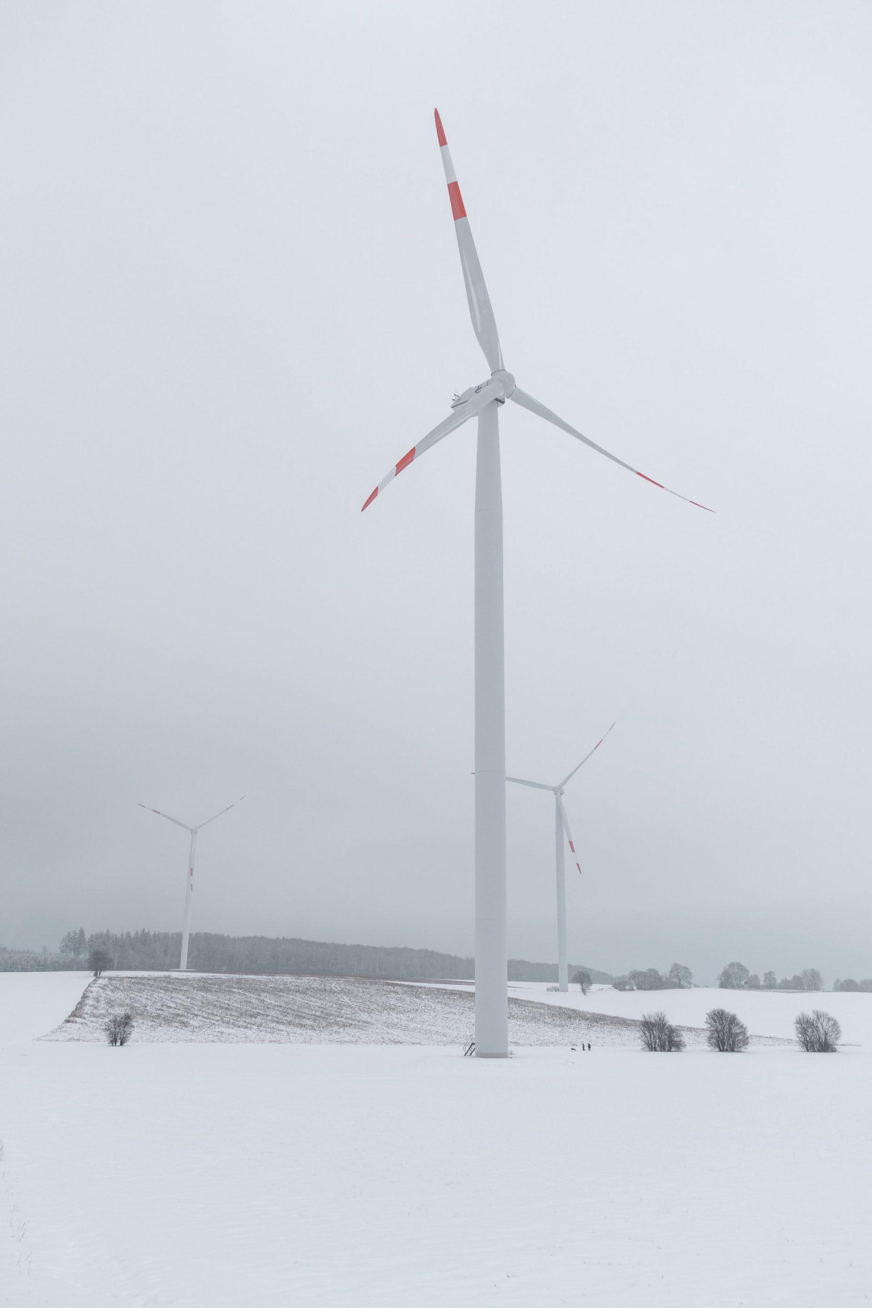 duurzame energie opgewekt in landschap met sneeuw